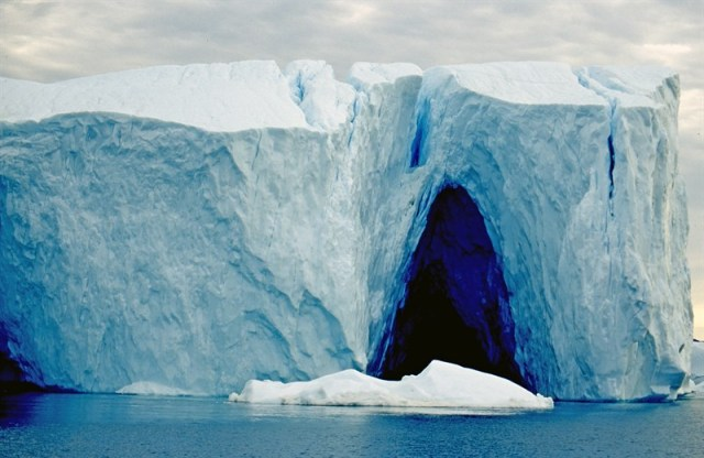 loss-of-ice-in-greenland-iceberg-in-disco-bay_2667-800x521px